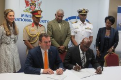 Contract signing ceremony_lowres
